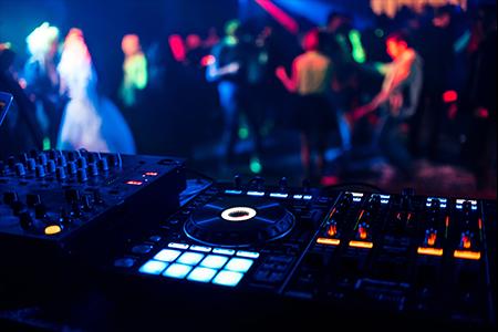 Dlaczego DJ na wesele jest lepszy od zespołu